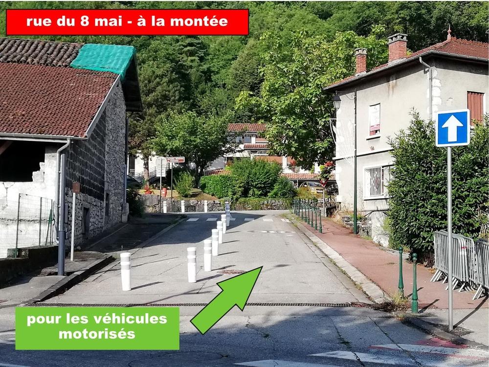Dans le sens de la montée (écoles vers mairie) la circulation est ouverte aux véhicules motorisés.